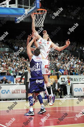 2013-04-06 / Basketbal / seizoen 2012-2013 / Antwerp Giants - Aalstar / Yannick Driesen (Giants) probeert te scoren. Thomas Dreesen komt te laat...Foto: Mpics.be