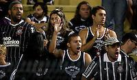 SÃO PAULO, SP, 07 DE MARÇO DE 2012 - TAÇA LIBERTADORES DA AMÉRICA - CORINTHIANS x NACIONAL (PAR) - Torcedor do Corinthians momentos antes da paritda diante do Nacional (PAR) em pela 2ª rodada do grupo 6 da Taça Libertadores da América, no Estadio Paulo Machado de Carvalho (PACAEMBU) na noite desta quarta, 07. FOTO: WILLIAM VOLCOV - BRAZIL PHOTO PRESS