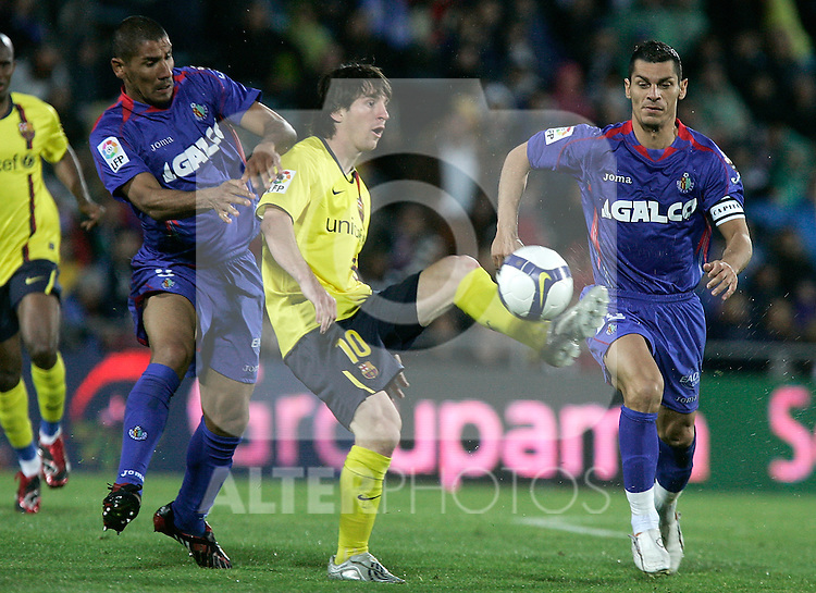 Getafe's Daniel Cata Diaz and Javier Casquero against Barcelona's Lionel Messi during La Liga match, April 18, 2009. (ALTERPHOTOS/Alvaro Hernandez).