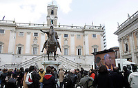 Manifestazione in Piazza del Campidoglio, Roma, 9 febbraio 2009, in occasione del conferimento della cittadinanza onoraria al Dalai Lama..People crowd Rome's Piazza del Campidoglio, 9 february 2009, in occasion of a ceremony where the Tibetan spiritual leader was made honorary citizen..UPDATE IMAGES PRESS/Riccardo De Luca