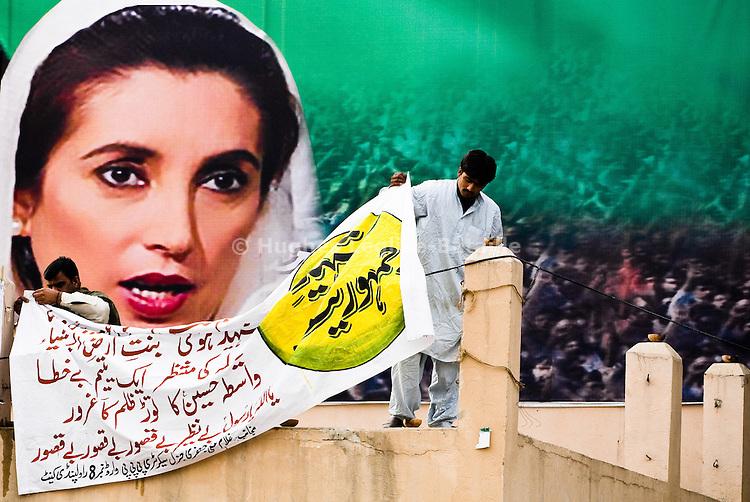 Le 3 janvier, une semaine après son assassinat, une prière a été organisée à la mémoire de Benazir Bhutto sur les lieux memes de l'attentat. Dans le parc de Liaqat Bagh, à Rawalpindi, un immense portrait de Benazir a été suspendu tandis que des membres du PPP déploient des banderoles.