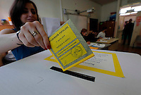 Referendum popolare 2016 per il divieto di future trivellazioni petrolifere nei territori  Italiani<br /> un elettrice al voto