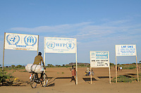 KENIA Fluechtlingslager Kakuma in der Turkana Region , hier werden ca. 80.000 Fluechtlinge aus Somalia Sudan Aethiopien u.a. vom WFP UNHCR versorgt / KENYA Turkana Region, refugee camp Kakuma, where 80.000 refugees from Somali, Ethiopia, South Sudan receive shelter and food from UNHCR