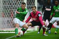FUSSBALL   1. BUNDESLIGA   SAISON 2012/2013    22. SPIELTAG SV Werder Bremen - SC Freiburg                                16.02.2013 Lukas Schmitz (SV Werder Bremen) gegen Torwart Oliver Baumann (re, SC Freiburg)
