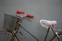 Cina, biciclette<br /> Bicicletta con manopole rosse