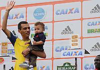 SAO PAULO, SP, 04 DE MARCO DE 2012 - MEIA MARATONA INTERNACIONAL DE SAO PAULO - Marilson Gomes do Santos atleta brasileiro recebe trofeu apos ficar em segundo lugar na prova masculina durante  Meia Maratona Internacional de Sao Paulo, na Praca Charles Muller, na manha deste domingo, 04. FOTO WARLEY LEITE - BRAZIL PHOTO PRESS.