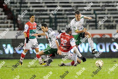 2011-12-17 / Voetbal / seizoen 2011-2012 / R. Antwerp FC - Lommel United / Meyers (Antwerp) tussen Colinet en Delande (r)..Foto: Mpics.be