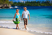 Figurants marchant le long de la Baie des Rouleaux à l'Ile des Pins, Nouvelle-Calédonie