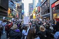 NEW YORK, NY, 19.02.2017 - PROTESTO-NEW YORK -Manifestantes durante protesto na Times Square na ilha de Manhattan em New York, neste domingo.19. Ato em solidariedade com os muçulmanos americanos e contra a proibição de viajar ordenada pelo presidente dos EUA, Donald Trump. (Foto: William Volcov/Brazil Photo Press)