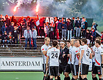 AMSTELVEEN -   shake hands Amsterdam  met vuurwerk   tijdens de play-offs hoofdklasse  heren , Amsterdam-Bloemendaal (0-2).    COPYRIGHT KOEN SUYK