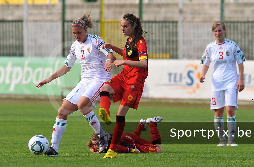 Hungary - Hongarije : UEFA Women's Euro Qualifying group stage (Group 3) - 20/06/2012 - 17:00 - szombathely  - : Hungary ( Hongarije ) - BELGIUM ( Belgie) :.Reka Demeter in duel met Tessa Wullaert voor de liggende Davina Philtjens.foto DAVID CATRY / JOKE VUYLSTEKE / Vrouwenteam.be.