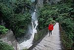 """Amérique du Sud. Equateur. Trekking sur les volcans d'Equateur. traversée du rio Verde qui se jette dans l'Amazone.  Chute du rio Verde """"pailon del diablo"""". Sur la routye descendant de Banos vers Punyo et le bassin amazonien.South America. Ecuador. Trekking on the volcanoes"""