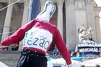RIO DE JANEIRO RJ,20.09.2013: MANIFESTAÇÃO DOS PROFESSORES DA REDE ESTADUAL DO RIO-  Bonecos representando o governador Sergio Cabral o vice Pezão e da secretária de educação Claudia Costin foram  amarrados em postes na frente da Assembreia legistativa. Cruzes foram colocadas nas escadarias da ALERJ, simbolisando as cem escolas fechadas pela paralisação. SANDROVOX/BRAZILPHOTOPRESS