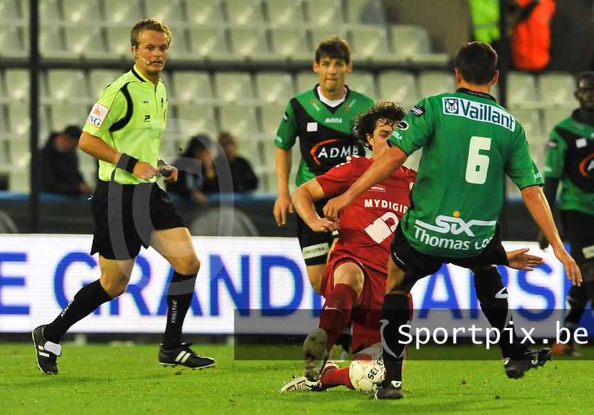 Cercle Brugge - KV Kortrijk : Gertjan De Mets met de tackle op Arnar Vidarsson die hem de rode kaart oplevert van Bart Vertenten.foto VDB / BART VANDENBROUCKE