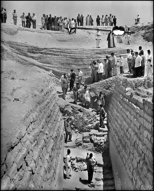 The discovery of the unfinished pyramid of Djoser's successor, Sekhem-khet (IIIrd dynasty) in 1954 by Egyptian Zakaria Goneim, represented a premier occasion for Hassabollah Taieb. He was given the honor to photograph the Rais Gamal Abdel Nasser as he stepped down into the grave.....TAIEB HASSABOLLAH/COLLECTION PATRICK CHAPUIS-PHILIPPE FLANDRIN