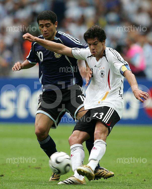 Fussball WM 2006  Viertelfinale  Spiel 57 Deutschland - Argentinien Germany - Argentina  Michael BALLACK (GER, r) gegen RIQUELME (ARG).