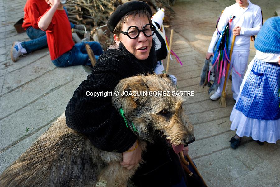 12 FEBREO 2011 PIASCA-LIEBANA -CANTABRIA.Recuperacion del carnaval de Piasca consistente en una mascarada con zamarrones y  campanos que recorren distintas localidades de la zona.. Foto © JOAQUIN GOMEZ SASTRE
