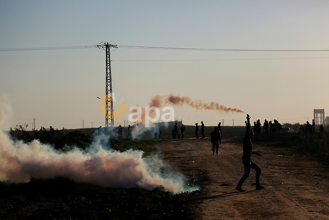 Palestinian protesters take part in clashes with Israeli security forces near the border between Israel and eastern Gaza city, November 13, 2015. The current wave of violence erupted in mid-September, fueled by rumors that Israel was trying to increase Jewish presence in Jerusalem then quickly spread across Israel, the West Bank and the Gaza Strip. Photo by Stringer