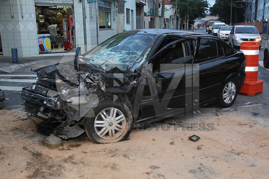 SAO PAULO, SP, 31-03-2014, ACIDENTE ZONA LESTE. Um caminhão e um carro colidiram na manhã dessa segunda-feira (31) no cruzamentos das Rua dos Trilhos com a Rua Tobias Barreto no bairro da Mooca. Duas pessoas ficaram feridas e foram socorridas ao Hospital São Cristovão.  Luiz Guarnieri/ Brazil Photo Press.