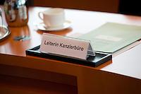 """Berlin, Mittwoch (29.05.13), Ein Schild mit der Aufschrift """"Leiterin Kanzlerbüro"""" steht vor Beginn der Sitzung des Bundeskabinetts im Bundeskanzleramt in Berlin am Platz von Beate Baumann, der Büroleiterin von Bundeskanzlerin Angela Merkel..Foto: Michael Gottschalk/CommonLens"""