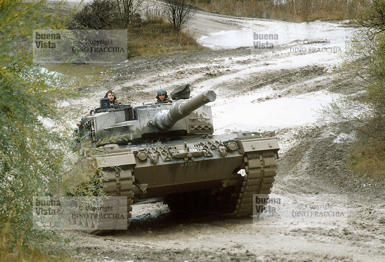 - Swiss Armed Forces,  Leopard II tank in training ....- forze armate svizzere, carro armato Leopard II in esercitazione