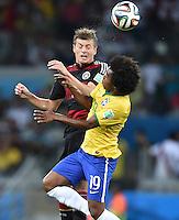 FUSSBALL WM 2014                HALBFINALE Brasilien - Deutschland          08.07.2014 Toni Kroos (li, Deutschland) gegen Willian (re, Brasilien)