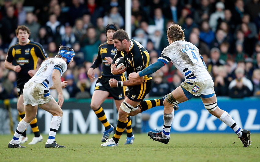 Photo: Richard Lane/Richard Lane Photography..London Wasps v Bath Rugby. Guinness Premiership. 29/12/2007. .Wasps' Simon Shaw attacks the Bath defence.