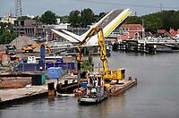 Nederland - Zaandam - 2020 .  Nieuwbouw aan de Zaan bij de Bernhardbrug.  De Industrieel. De kade wordt verstevigd. Foto ANP / Hollandse Hoogte / Berlinda van Dam