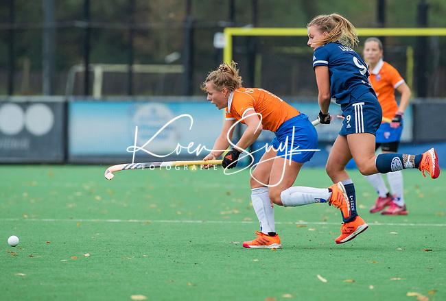BLOEMENDAAL  - Myrthe van Kesteren (Bldaal)  met Dana Luijkx (Pinoke)  tijdens de hoofdklasse competitiewedstrijd vrouwen , Bloemendaal-Pinoke (1-2) . COPYRIGHT KOEN SUYK