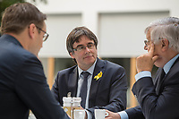 Der ehemalige Katalanische Ministerpraesident Carles Puigdemont kuendigte am Mittwoch den 25. Juli 2018 in Berlin an, dass er am 28. Juli Deutschland verlassen und nach Belgien reisen werde. Nachdem Spanien auf seine Auslieferung aus Deutschland verzichtet und einen internationalen Haftbefehl zurueckgenommen hat, kann er sich in Europa frei bewegen.<br /> Zum Termin der Ankuendigung seiner Ruckreise nach Belgien hatte Puigdemont vier Anwaelte mitgebracht, die ihn juristisch beraten.<br /> Im Bild: Carles Puigdemont (mitte) mit seinen deutschen Anwaelten Soeren Schomburg (links) und Wolfgang Schomburg (rechts).<br /> 25.7.2018, Berlin<br /> Copyright: Christian-Ditsch.de<br /> [Inhaltsveraendernde Manipulation des Fotos nur nach ausdruecklicher Genehmigung des Fotografen. Vereinbarungen ueber Abtretung von Persoenlichkeitsrechten/Model Release der abgebildeten Person/Personen liegen nicht vor. NO MODEL RELEASE! Nur fuer Redaktionelle Zwecke. Don't publish without copyright Christian-Ditsch.de, Veroeffentlichung nur mit Fotografennennung, sowie gegen Honorar, MwSt. und Beleg. Konto: I N G - D i B a, IBAN DE58500105175400192269, BIC INGDDEFFXXX, Kontakt: post@christian-ditsch.de<br /> Bei der Bearbeitung der Dateiinformationen darf die Urheberkennzeichnung in den EXIF- und  IPTC-Daten nicht entfernt werden, diese sind in digitalen Medien nach §95c UrhG rechtlich geschuetzt. Der Urhebervermerk wird gemaess §13 UrhG verlangt.]