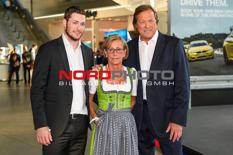 16.07.2016, BMW Welt, Muenchen, GER, Bayerische Sportpreis 2016, im Bild Vater Erich K&uuml;hnhackl mit Sohn Tom und Frau <br /> <br />  Foto &copy; nordphoto / Straubmeier