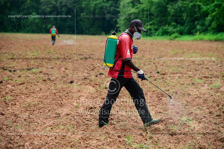 BURKINA FASO, Bobo Dioulasso, use of herbicide glyphosat Herbo Total 360 SL of chinese company Agrohao Co. Ltd. / Einsatz von chemischen Herbiziden, Glyphosat, Herbo Total 360 SL des chinesischen Herstellers Agrohao Co. Ltd.