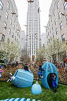 NOVA YORK, EUA, 21.04.2019 - PASCOA-NOVA YORK - Criancas brincam na decoracao de pascoa do Jardim do Rockerfeller Center Plaza neste domingo de Pascoa em Nova York. (Foto: Vanessa Carvalho/Brazil Photo Press)