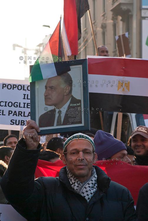 Milano, manifestazione a sostegno della rivolta in Egitto contro il regime di Mubarack. Un manifestante con un ritratto di Al Baradei --- Milan, demonstration in support of the revolt in Egypt against the regime of Mubarack. A demonstrator with a portrait of Al Baradei
