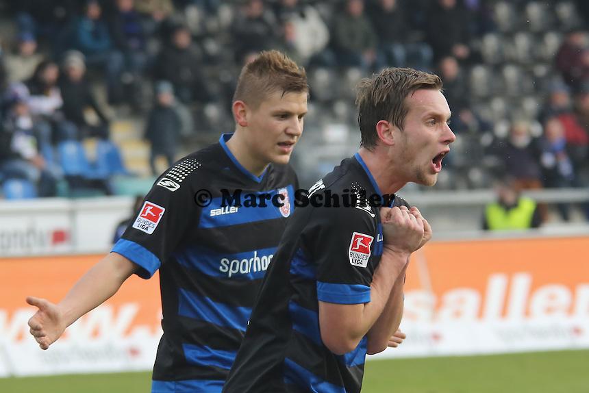 Schiedsrichter Robert Kempter zeigt Gelb-Rot für Manuel Konrad und dieser regt sich auf - FSV Frankfurt vs. TSV 1860 München Frankfurter Volksbank Stadion