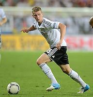 FUSSBALL  EUROPAMEISTERSCHAFT 2012   VORRUNDE Daenemark - Deutschland       17.06.2012 Lars Bender (Deutschland) Einzelaktion am Ball