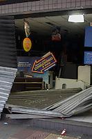 SÃO CAETANO DO SUL,SP, 06.05.2015 - ASSALTO-SP - Homens utilizaram um veículo modelo Fiorino para invadir a loja de departamentos Magazine Luiza, em São Caetano do Sul, no ABC Paulista. Os assaltantes teriam colocado diversos objetos no interior do automóvel mas foram surpreendidos pela Guarda Civil Metropolitana. Dois homens foram presos e um terceiro conseguiu fugir. A dupla foi encaminhada para o 1ºDP. (Foto: Renato Mendes / Brazil Photo Press).