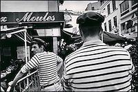 Europe/France/Nord-Pas-de-Calais/59/Nord/Lille : Tas de Moules devant le restaurant: Aux Moules  lors de la grande braderie