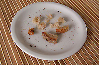 Fetta di pane nel piatto. Slice of bread in the dish..