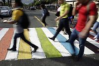 """ES5004 - SAN SALVADOR (EL SALVADOR) 23/06/2017-. Peatones caminan sobre un paso peatonal este viernes 23 de junio de 2017, en San Salvador (El Salvador). Las principales calles de la capital salvadoreña amanecieron hoy con pasos peatonales pintados con los colores del arcoíris, símbolo de la comunidad LGTBI, como iniciativa que busca el """"respeto a la diversidad y al peatón"""", explicó a Efe Nicolás Rodríguez, publicista y promotor de la idea. EFE/Rodrigo Sura"""