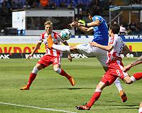 Dong Won Ji (SV Darmstadt 98) tritt unter dem Ball durch - 28.04.2018: SV Darmstadt 98 vs. 1. FC Union Berlin, Stadion am Boellenfalltor, 32. Spieltag 2. Bundesliga