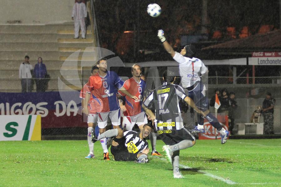 CURITIBA, PR, 30 DE MAR&Ccedil;O DE 2011 &ndash; PARAN&Aacute; X BOTAFOGO/RJ &ndash; O Paran&aacute; Clube recebeu na noite de quarta-feira (30), na Vila Capanema, a equipe do Botafogo/RJ no primeiro jogo da segunda fase da Copa do Brasil. Antonio Carlos (embaixo) abriu o placar para o Botafogo aos 15 minutos do primeiro tempo. <br /> <br /> (FOTO: ROBERTO DZIURA JR./ NEWS FREE)