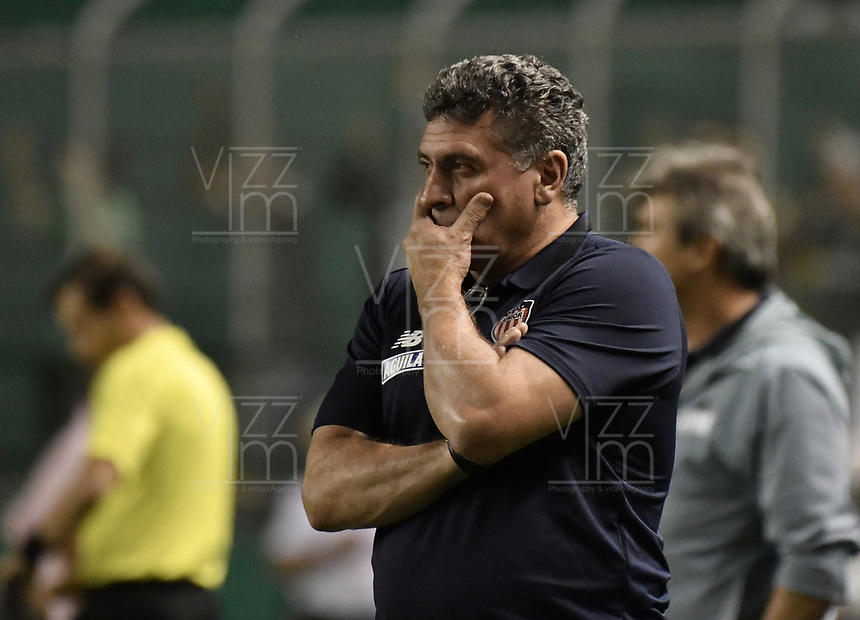 PALMIRA - COLOMBIA, 17-04-2019: Luis Fernando Suarez técnico de Junior gesticula durante el partido entre Deportivo Cali y Atlético Junior como parte de la Liga Águila I 2019 jugado en el estadio Deportivo Cali de la ciudad de Palmira. / Luis Fernando Suarez coach of Junior gestures during match for the date 16 as part Aguila League I 2019 between Deportivo Cali and Atletico Junior played at Deportivo Cali stadium in Palmira city .  Photo: VizzorImage / Gabriel Aponte / Staff