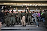 BUENOS AIRES, ARGENTINA, 04 DE OUTUBRO 2012 - PROTESTO GUARDA COSTEIRO - Agentes da Guarda Costeira realizam ato pedindo aumento salarial em frente a sede da Guarda Costeira Nacional, na região central da capital Argentina, nesta quinta-feira. FOTO JUANI RONCORONI BRAZIL PHOTO PRESS.