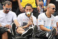 SAO PAULO, SP, 18 DE DEZEMBRO 2012 - Delegação do Corinthians é vista em um trio elétrico durante um desfile comemorativo pela conquista do Mundial de Clubes da FIFA em São Paulo, na manhã desta terça-feira(18). Os jogadores vão percorrer algumas avenidas da zona norte da capital para saudar a torcida. FOTO: LUIZ GUARNIEIRI - BRAZIL PHOTO PRESS