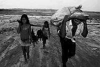 Uarini, Amazonas 09 09 2010 SECA AMAZONAS-  Pescador anda no leito seco do Lago do Uarini, municipio ficou isolado. José Raimundo Xavier andou mais de 5 horas  com suas duas filhas menores  para chegar a sede do municipio de Uarini , com o peixe para vender. (Foto Albero César Araujo)