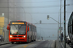 Transporte em onibus na faixa exclusiva. Curitiba. Parana. 2010. Foto de Alberto Viana.