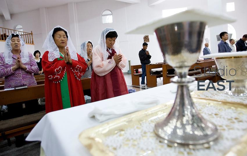 Des fidèles chinois d'origine coréenne portant une robe traditionnelle coréenne assistent à la messe du dimanche matin à l'église catholique de Yanji, à Yanji, province de Jilin, en Chine, le 6 septembre 2009. Photo par Lucas Schifres/Pictobank