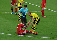 25.05.2013 London, England. Roman Weidenfeller, Borussia Dortmund, helps Bayern Munich's Jerome Boateng to his feet during the 2013 UEFA Champions League Final between Bayern Munich and Borussia Dortmund from Wembley Stadium. Picture Credit: Tommy Grealy/actionshots.ie