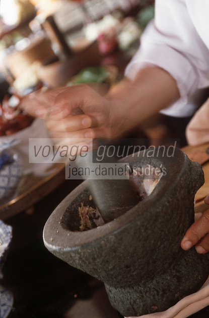 """Thailande/Bangkok: préparation de la sauce """"Hanmo Pla """" à base de crevettes, poisson, herbes pilées et coco au restaurant """"The Market Place"""" de l'Hotel Marriott"""